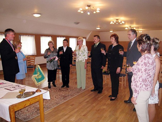 Starosta Pustějova Tomáš Maiwaelder (vlevo) při slavnostním přípitku s manželi Macháčkovými, Bajtkovými a Šimečkovými (zleva), kteří v sobotu oslavili stříbrnou svatbu.