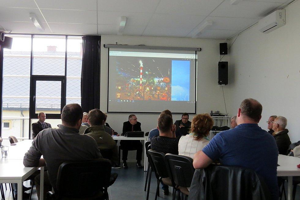Veřejné diskuze v bílovecké knihovně se zúčastnila asi třicítka zájemců.