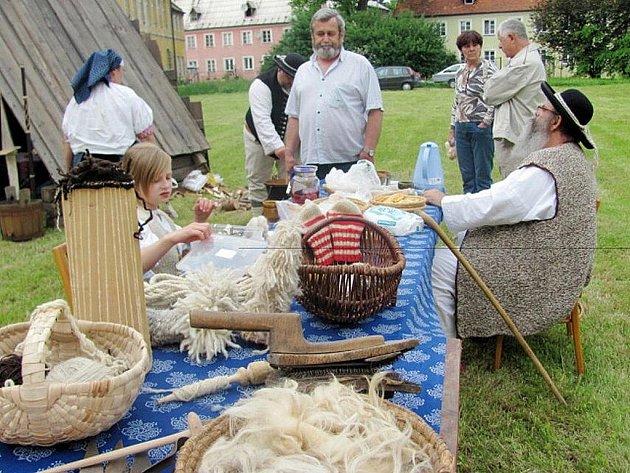 Muzejní noc v Příboře byla pod taktovkou gorolské kultury. Na klášterní zahradě se vařilo jídlo, předl len a motaly se provázky.