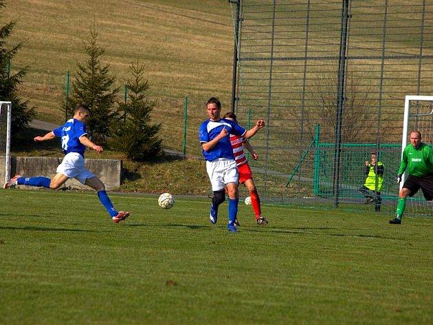Fotbalisté NHF Lichnov (u míče) mají za sebou další sezonu v I. B třídě. Tahali ale za kratší konec provazu a zachraňovali se až na poslední chvíli.