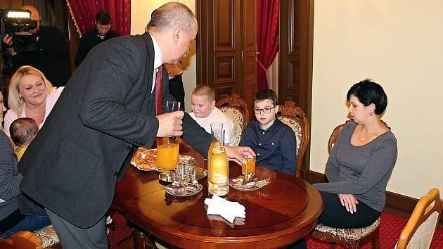Zachránce Samuela a Mika přijal na radnici starosta Frenštátu pod Radhoštěm Miroslav Halatin.
