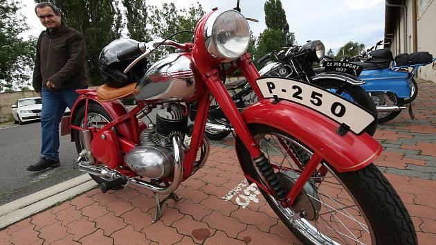 Zloděj odcizil veteránské motocykly.