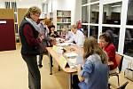 Ve Veřovicích lidé poprvé volili v novém víceúčelovém zařízení. Volební místnost byla v prostorách knihovny.