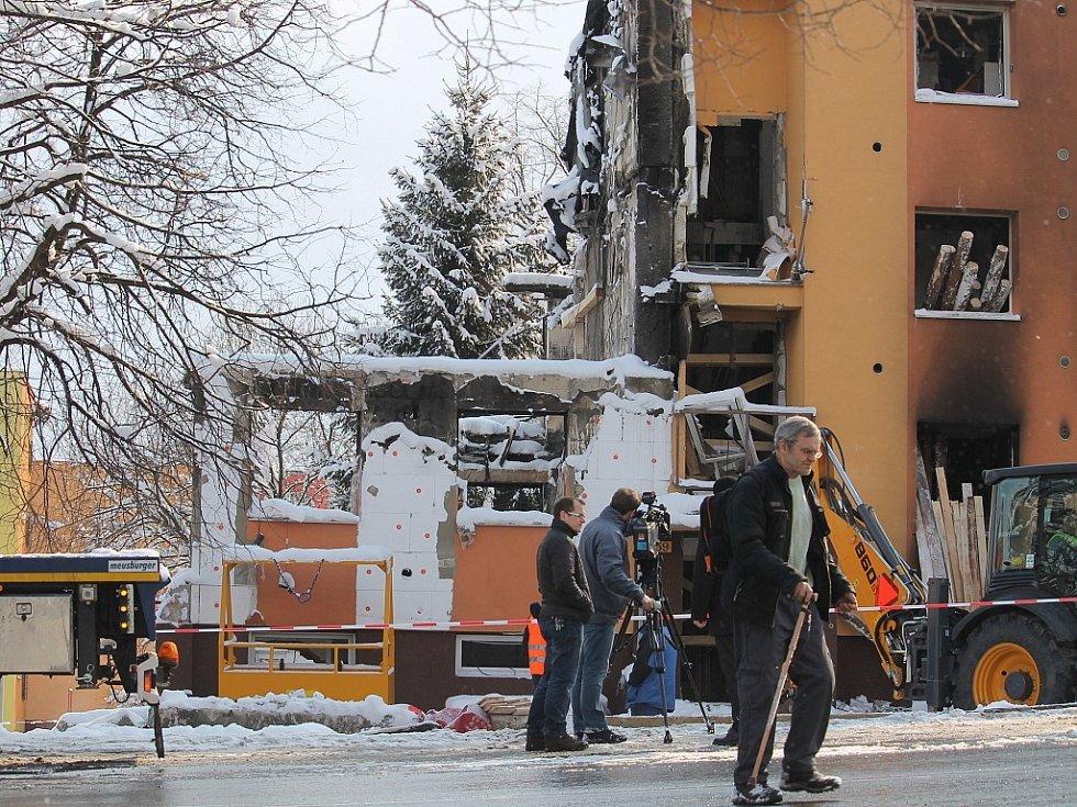 Čtvrtek 21. února dopoledne, Frenštát pod Radhoštěm. Na místě nedělní tragédie stále pracují dělníci, kteří zpevňují trosky domu i vedlejší dům.
