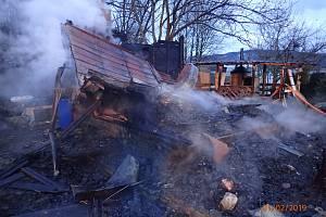 Ze zahradní chatky toho příliš nezbylo. Materiální škoda je vysoká.