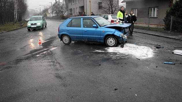 Dvě Škody Felice se srazily v Kopřivnici na křižovatce ulic Dělnická a Panská poté, co řidička stříbrného vozidla nedala přednost modrému. Nehoda si vyžádala dvě zranění, z toho jedno těžké.