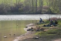 Větřkovická přehrada je rájem rybářů. Už několik měsíců se však vedou spory o tom, kdo v ní může chytat ryby.