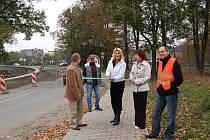 Přestřižením pásky uvedla starostka Bílovce Sylva Kováčiková nové chodníky na Ostravské ulici a Nové cestě slavnostně do provozu. Bílovec bez bariér II. byl tak úspěšně dovršen.