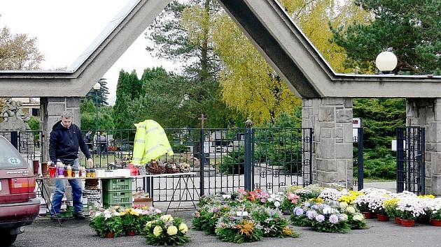 Dušičkový víkend přiláká na hřbitovy kromě návštěvníků také početnou skupinu zlodějů. Strážníci jsou v pohotovosti.