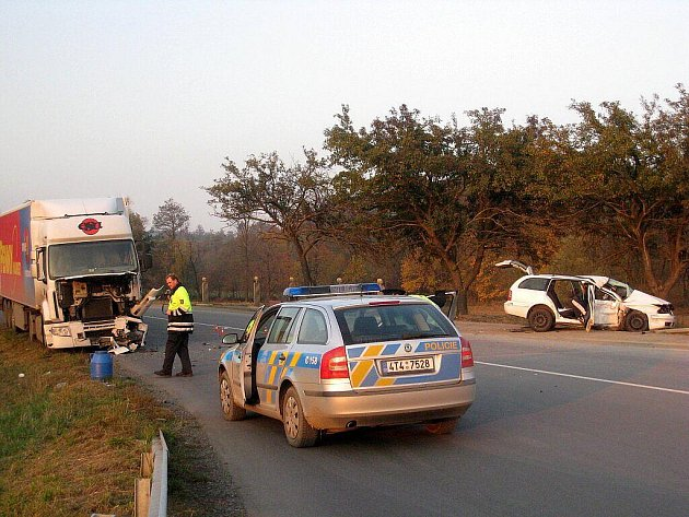 Vážné zranění utrpěl řidič Škody Octavia, který na silnici z Fulneku na Opavu v sobotu odpoledne narazil do nákladního vozidla.