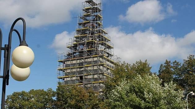 Čtyři schránky s odkazem z minulosti otevřeli ve čtvrtek 12. září ve Frenštátě pod Radhoštěm. Schránky byly v makovici opravovaného kostela a obsahovaly mnoho vzácných materiálů.