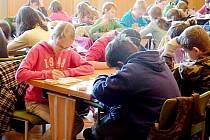 VYPLŇOVÁNÍ SUDOKU prověří logiku, matematiku i pozornost. V oblibě jej mají děti i dospělí.