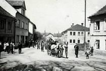 Odjezd nových hospodářů na bývalém majetku po německém obyvatelstvu do Nového Jičína v roce 1946.