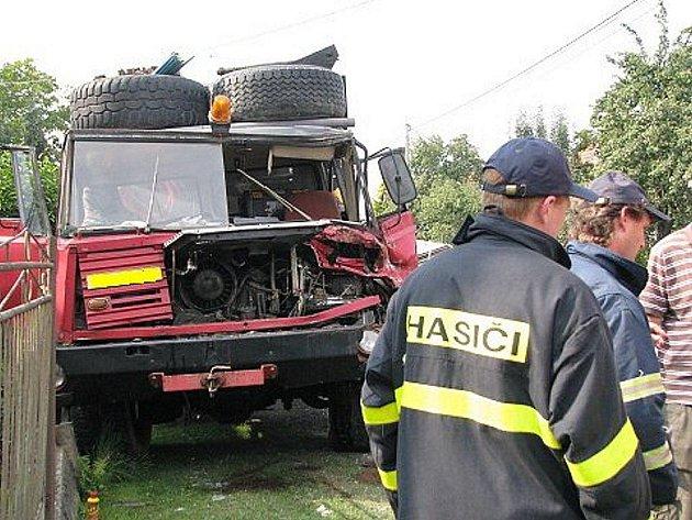 Na nepozornost doplatil řidič Tatry T 815, který v Mankovicích zezadu narazil do nákladního vozidla Scania, jež jelo před ním.
