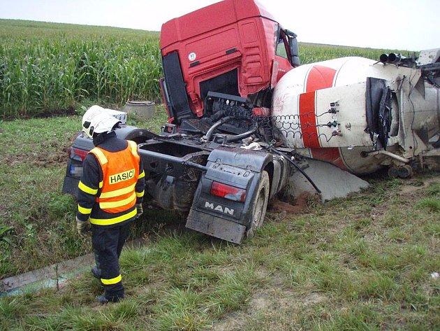 Nehoda kamionu převážejícího cement