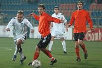 Filip Racko ze Slovácka (vlevo) obchází Michala Kováře z Fulneku v utkání druhé nejvyšší fotbalové ligy, které se hrálo na stadioně v Uherském Hradišti.