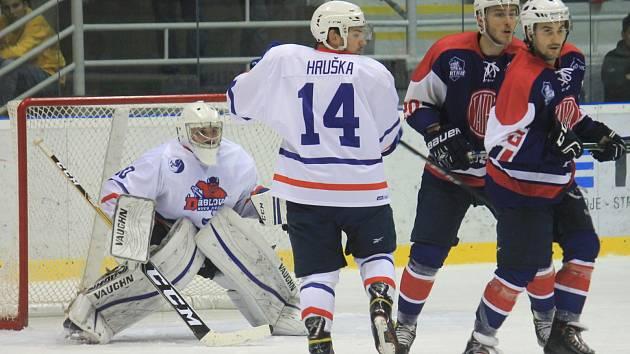 První derby v novém druholigovém ročníku zvládla na domácím ledě lépe Kopřivnice (v tmavém), která porazila rivala z Nového Jičína 4:1.