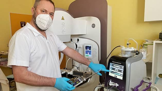 MUDr. Borek Frydrych, vedoucí lékař diagnostického centra s přístrojem Mammotome Revolve.