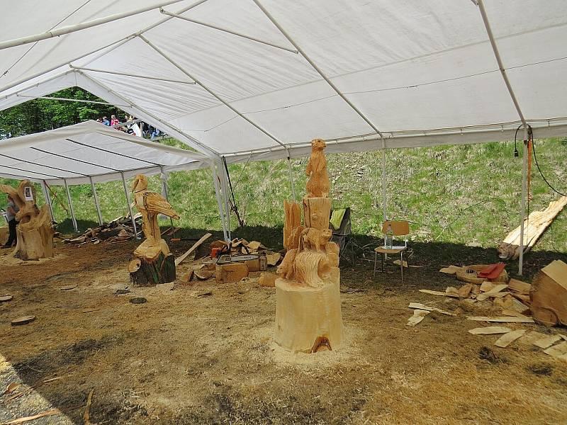 Mistři motorových pil a dalšího nářadí v sobotu 28. května předvedli, že k vytvoření hezké sochy stačí necelá hodina. Jejich umění při 2. ročníku akce Dřevěné Pustevny sledovaly stovky lidí.