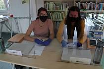 Členky volební komise v Kuníně seděly za sklem, které je odělovalo od voličů.