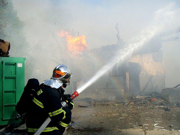 Požár drůbežárny v Kuníně se obešel bez ztrát na zvířatech i na lidském zdraví. Drůbežárna, která vzplanula ve čtvrtek večer, byla právě v rekonstrukci a pravděpodobnou příčinou vzniku požáru byla neopatrnost při práci s rozbrušovačkou.