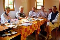 Luděk Bil (uprostřed) se všemi členy poroty, která hodnotila guláše uvařené na slavnostech ve Frenštátě pod Radhoštěm.