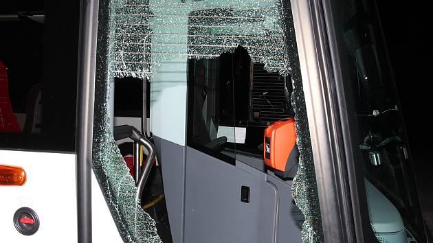 Škoda  na autobusu je přibližně 30 tisíc korun.