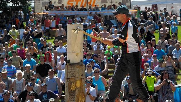 Dřevorubecké klání na Horečkách. V hlavních rolích se zde představily sekery, motorové pily a dřevo.