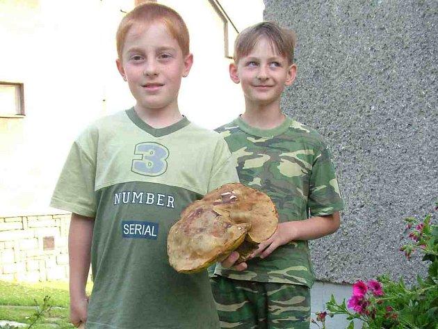 Třeťáci ze Štramberka, Michal Lysáček (vlevo) a Vojta Kelnar našli ve čtvrtek po cestě ze školy domů obří hřib pravý.