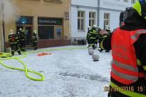 K požáru prodejny zdravotnických potřeb na Slezském náměstí v Bílovci vyjížděli v sobotu odpoledne hasiči.
