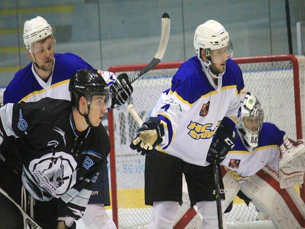 Studénečtí hokejisté (ve světlém) nejprve zvládli rozhodující duel čtvrtfinále proti Českému Těšínu a v sobotu pak udělali rázný krok směrem k finále.