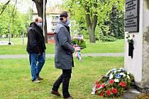 Místostarostové Frenštátu pod Radhoštěm Jiří Unruh (vlevo) a Pavel Mička položili v den 75. výročí osvobození města kytici také k Památníku poručíka Rožkova v Parku osvobození.