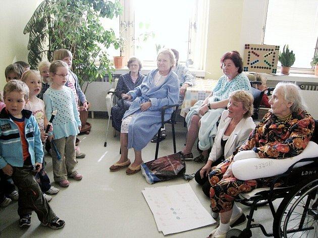 Děti z Mateřské školy na Wolkerově ulici zahrály ke Dni matek pacientům Oddělení následné péče v bílovecké nemocnici.