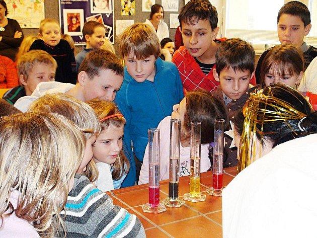 Děti nahlédly pod roušku chemie s anděly a čerty.
