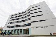 Slezskou nemocnici v Opavě čekají další novinky. Vybudovat se mají koridory, které by spojily pavilony.