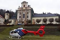 Pro muže, který spadl z výšky při opravě kostela, letěl do Fulneku vrtulník záchranářů.