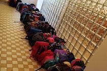Třiadevadesát školních batohů pro děti v Africe zkompletovaly děti ve školní družině ve Frenštátě pod Radhoštěm.