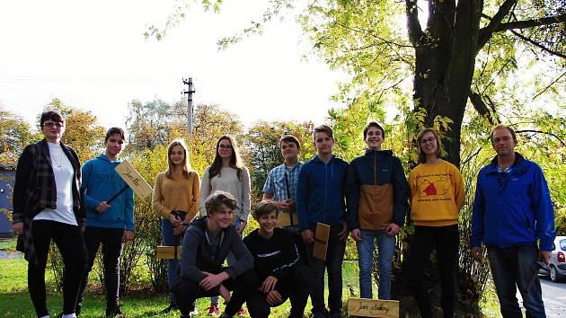 Ke Dni stromů vyrobili žáci ZŠ Tyršova 913 ve Frenštátě pod Radhoštěm cedulky, kterými označili stromy v parku.