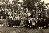 Paní učitelka Anna Hromádková se svou třídou v roce 1954 (ročník 1942) v Mořkově.