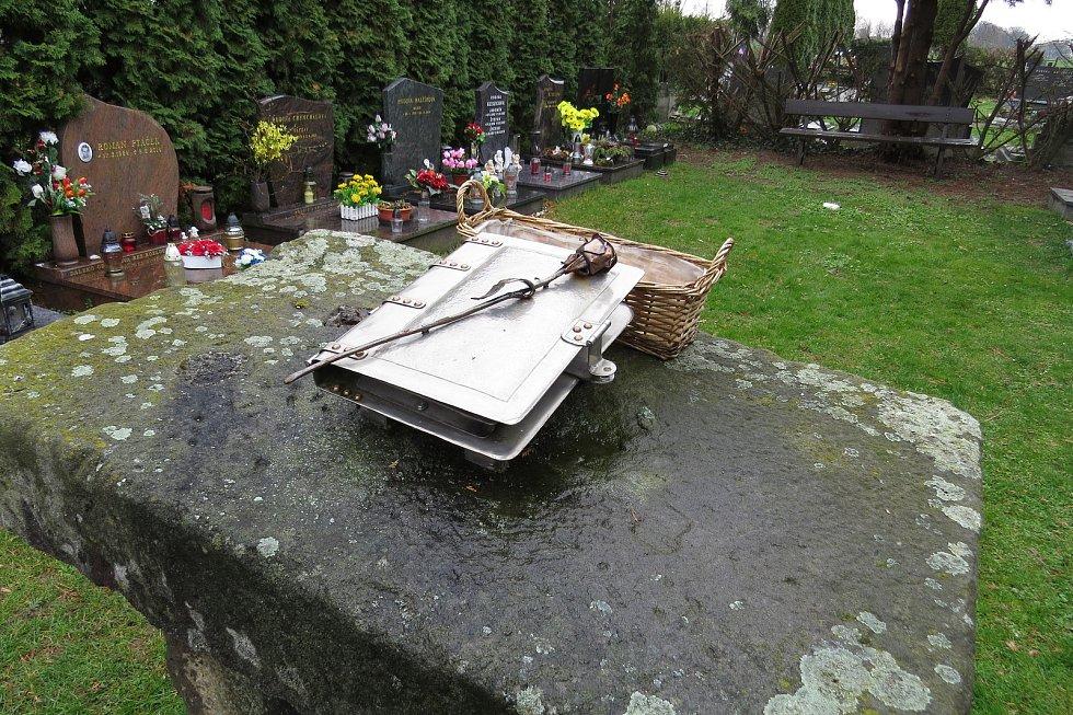 Na hřbitově v Kuníně je v hrobce rodů Schindlerů pochovaná také hraběnka Marie Walburga, která založila školu, do níž chodil František Palacký.