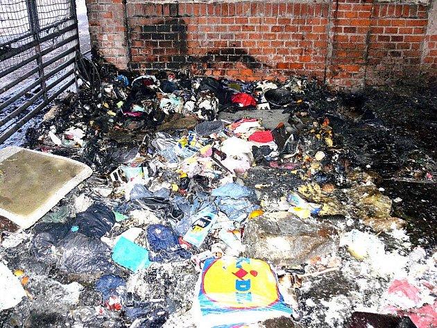 Jedna žena zemřela ve čtvrtek 2. února v noci při požáru příbytku bezdomovců v Novém Jičíně. Ti si před několika dny kvůli mrazům obstavili místo na nákladové rampě papírovými kartony a překryli starými pokrývkami.
