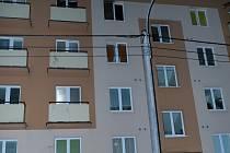 Čtyři jednotky hasičů zasahovaly v noci na středu u požáru v bytě 2+1 v Příboře.