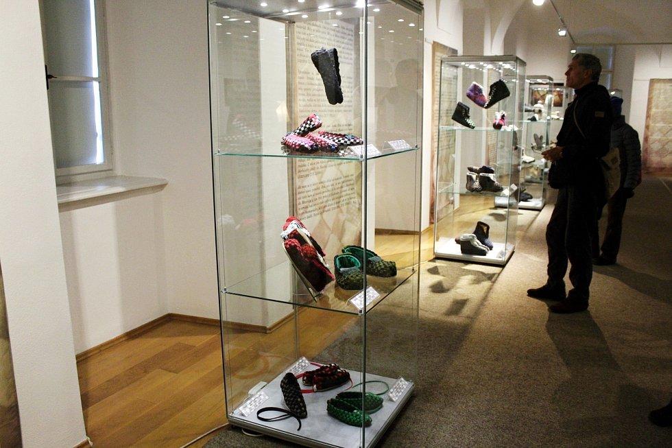 Desítky papučí převážně filcových jsou k vidění na výstavě v muzeu v Příboře až do začátku června.