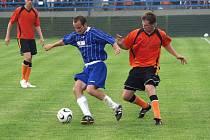 Fulnečtí fotbalisté (v oranžovém) doma potvrdili postup do II. ligy vítězstvím nad Uničovem.