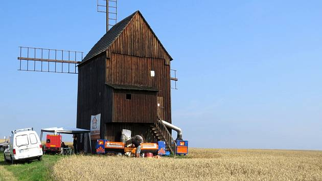 Větrný mlýn v Nových Dvorech u Bílovce.