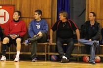 Trenér Trnávky Miroslav Pavlík (druhý zprava) s vedoucím mužstva Martinem Weissem (vpravo).