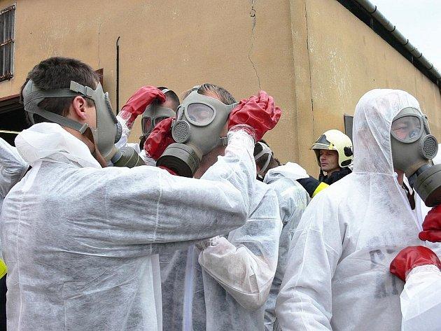 Ukázkové cvičení likvidace následků ptačí chřipky se uskutečnilo v úterý 11. října v odchovně drůbeže ve Velkých Albrechticích.