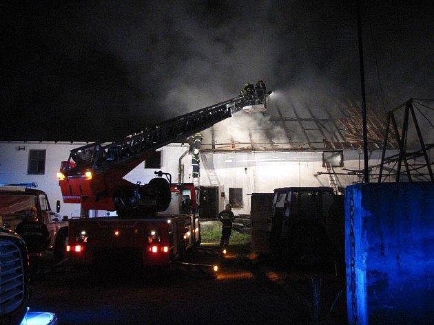 V noci na neděli 4. července likvidovali novojičínští hasiči požár střechy kravína v obci Sedlnice.