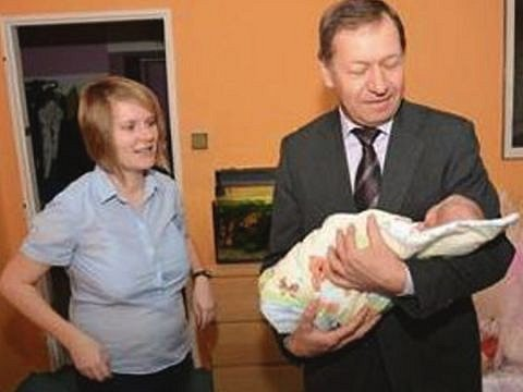 V závěru uplynulého týdne přivítal kopřivnický starosta Miroslav Kopečný první tamní miminko, které se narodilo v roce s patnáctkou na konci. Vůbec prvním občánkem Kopřivnice se stala Vendulka Střalková.
