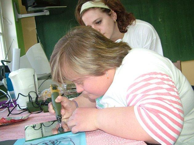 Klientka Školy života Magda Bálková (na snímku) si včera v centru vyzkoušela techniku rytiny na sklo.